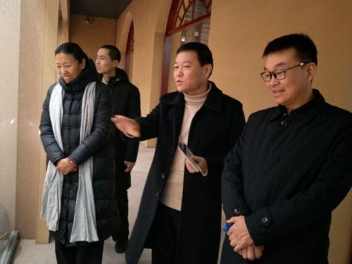 4参观农耕文化主体展览(右一:呼市雨花公益发起人梁喜俊)