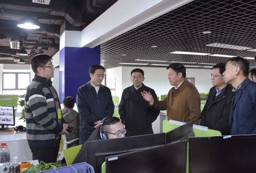 赵光君(左二)一行在调研中来到金华网络经济中心的浙江齐聚科技有限公司,详细了解企业发展历程、平台开发、行业前景等情况。齐聚科技 供图