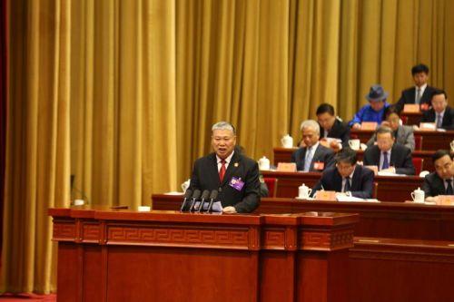 内蒙古自治区高级人民法院院长胡毅峰向大会作报告 新华网曹桢摄影报道1