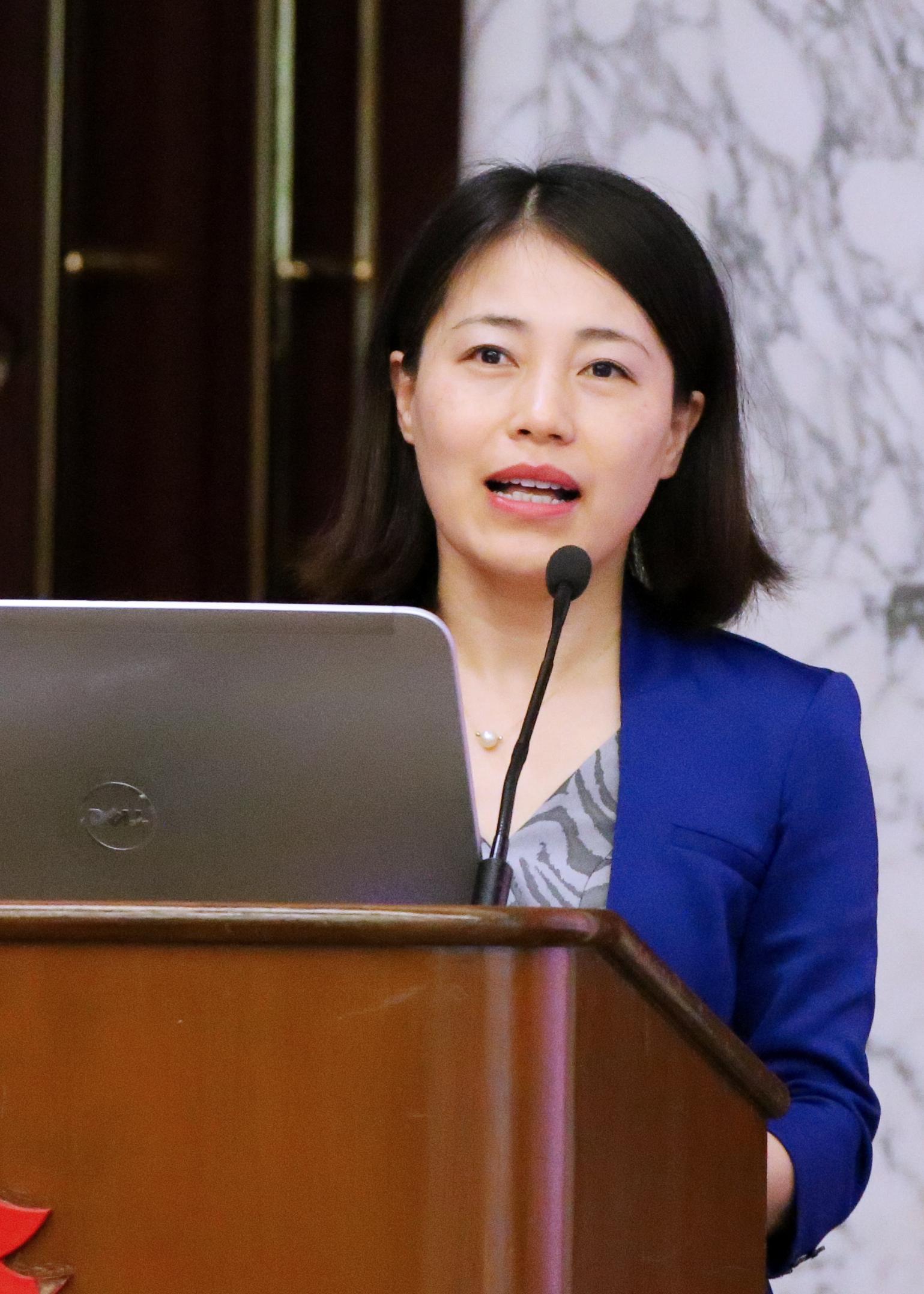 长江三角洲研究院副院长余佶正在主持市长论坛。