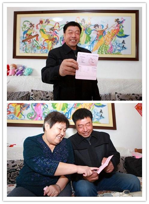 图片为西青区辛口镇岳家开村村民刘金成,与老伴查看新发的养老补贴