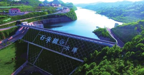 平坝石朱桥水库在建设中创新性引进生态修复工程,打造水利风景区。图为生态修复后的石朱桥水库。