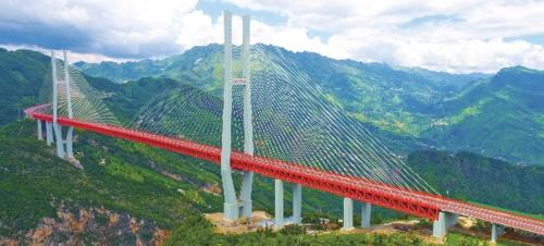 """北盘江大桥横跨云南和贵州交界处的北盘江大峡谷之上,拥有""""世界最高桥梁""""头衔。"""