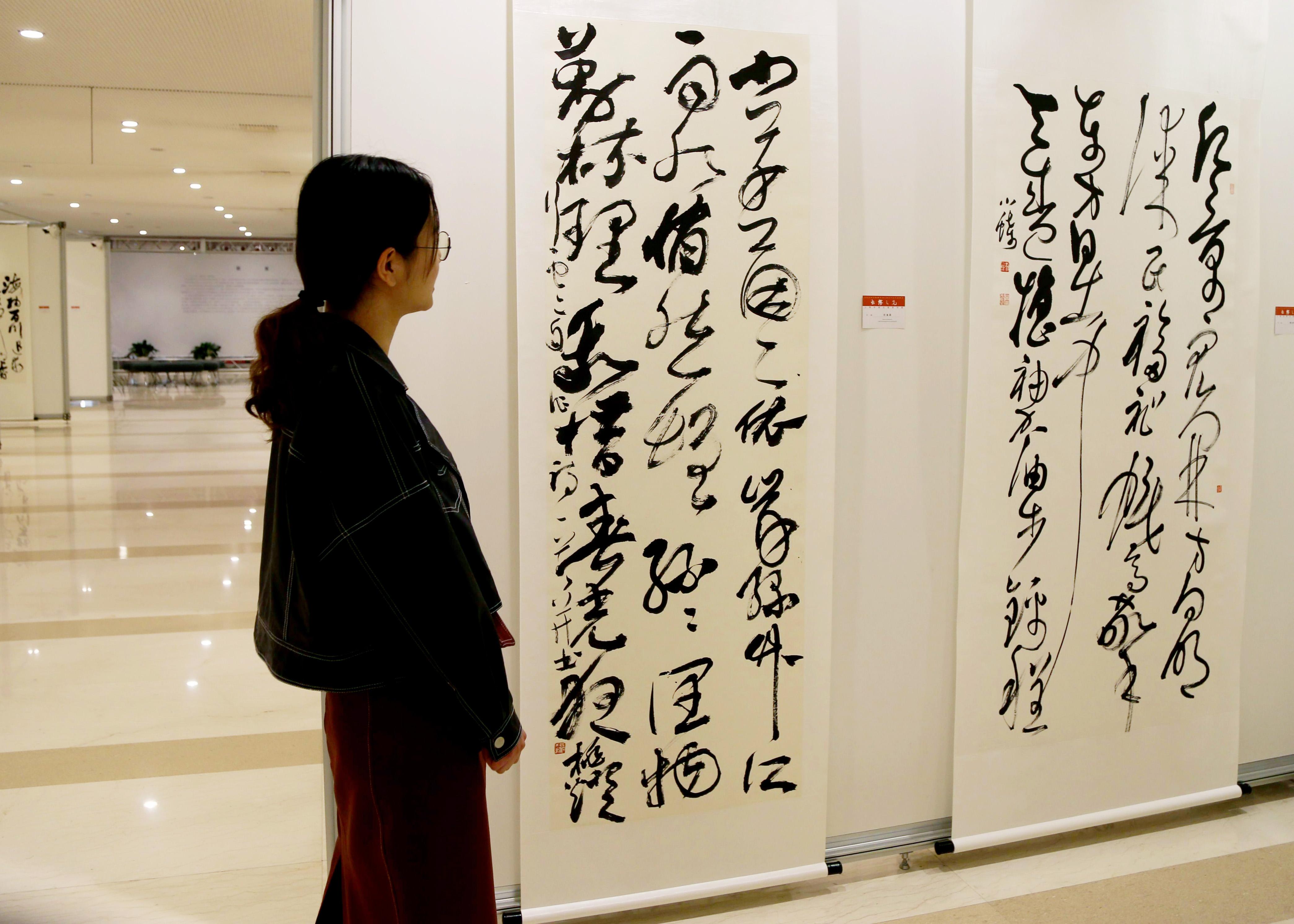 4月14日,上海市第五届草书展在浦东图书馆开幕。图为观众正在欣赏展出的草书作品。