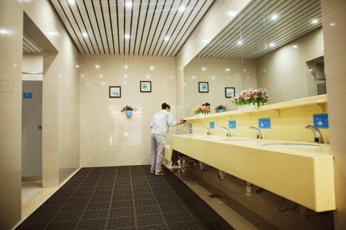 """高铁缙云西站在""""小厕所""""上下""""大力气"""",做""""大文章"""",让旅客""""方便""""更方便,享受高质量的出行服务。沈继平 摄"""