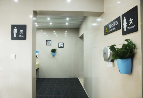 """高铁缙云西站在""""小厕所""""上下""""大力气"""",做""""大文章"""",让旅客""""方便""""更方便,享受高质量的出行服务。沈继平摄"""