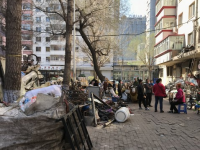 哈尔滨一废品回收公司常年占道经营 影响百姓出行存在安全隐患