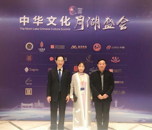 艾葳与原文化部副部长潘震宙(左)和中宣部新闻宣传局原副局长武家奉(右)