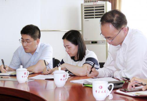 参加座谈的奉贤在京挂职干部正在认真记录。
