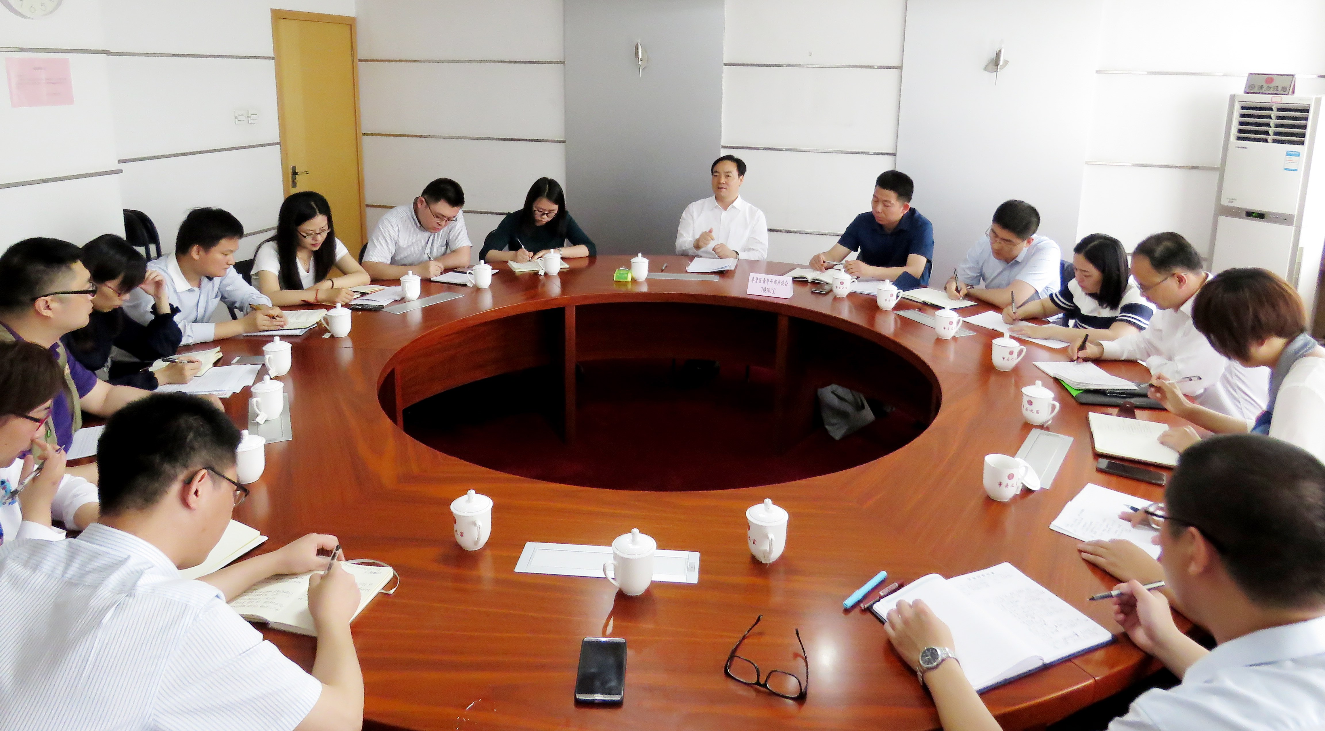 5月16日,在京学习的上海市奉贤区委书记庄木弟同志利用午休时间,与奉贤14名在国家部委挂职的青年干部