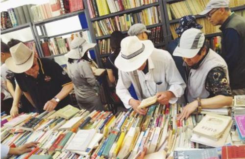 读者在北京书市选购图书蔡娜/摄
