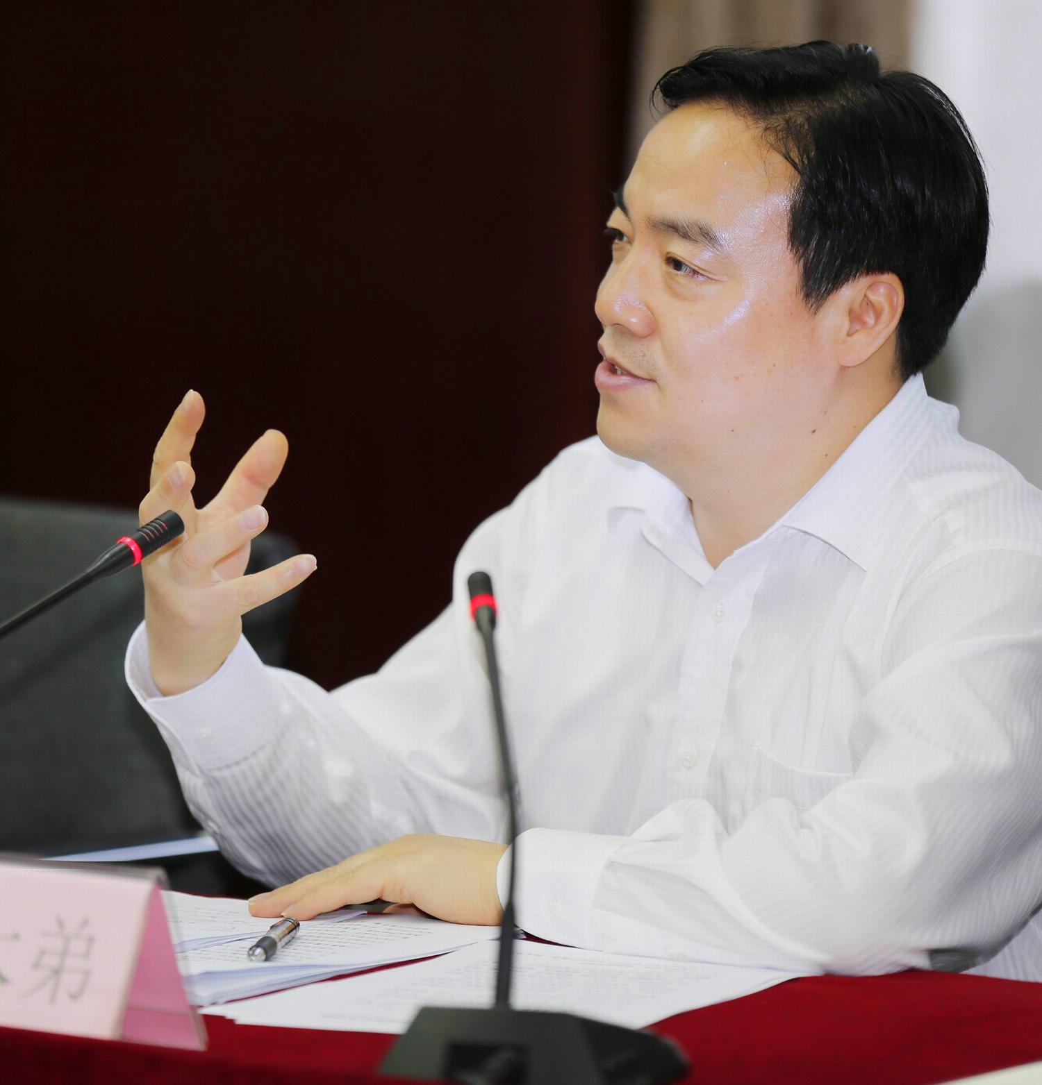 庄木弟介绍说,奉贤在城市管理中,坚持党建引领和依靠群众,扎实推进和落实促进城市管理精细化。