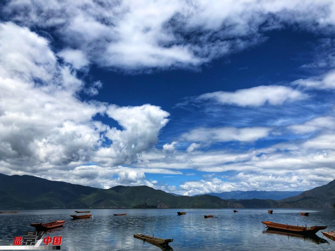 雨后泸沽湖:那倒影在湖中的白云可是你散落的裙带