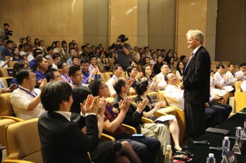 7月6日,2018国际干细胞与神经疾病高峰论坛暨在上海举行,图为诺贝尔生理学或医学奖得主爱德华_莫索尔教授在演讲