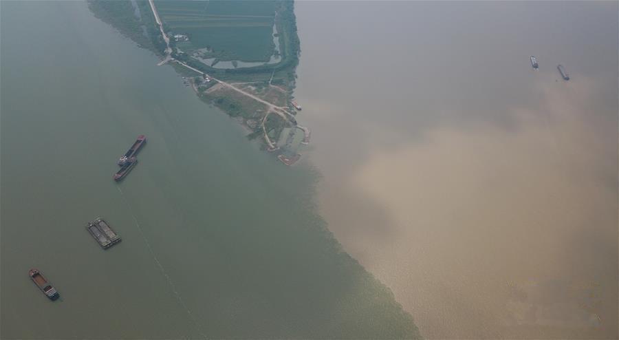 江西湖口:江湖两色美景