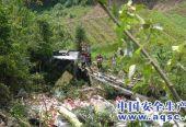 货车坠崖2人被困 消防交警联合施救