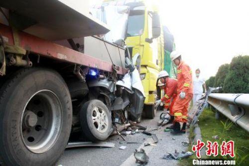 三车在高速路上连环追尾面包车被挤扁致2死1伤