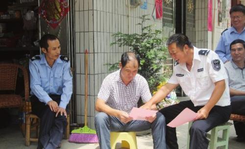 图为赣州市生态执法人员逐户进行政策、法规宣传。江西省赣州市发展改革委/供图