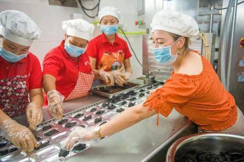 ▲陈玉妹(右)在检查产品质量