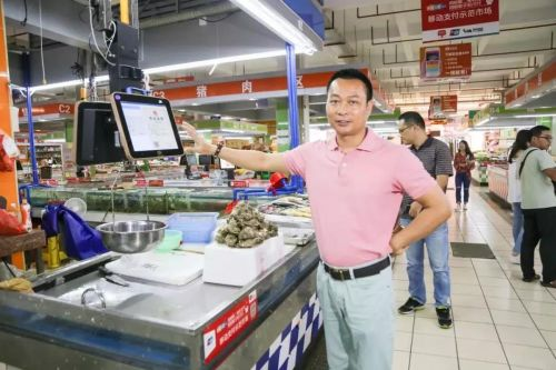 ▲黄光周在五源河农贸市场检查工作