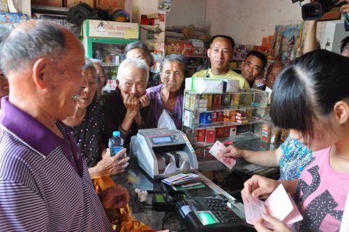 """福建省农信系统在全省已布设1.38万多家农信支付便民点,实现便民服务""""村村通"""""""
