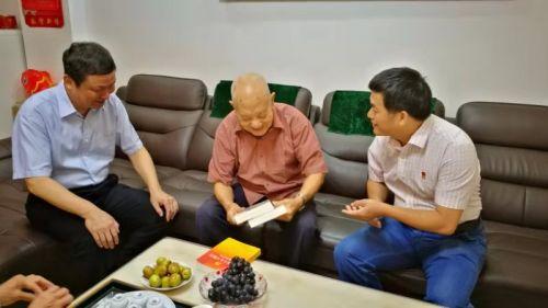 10月10日,市发改委党组书记、主任林旭同志慰问离休老党员、原龙岩地区计委副主任郑务安同志。