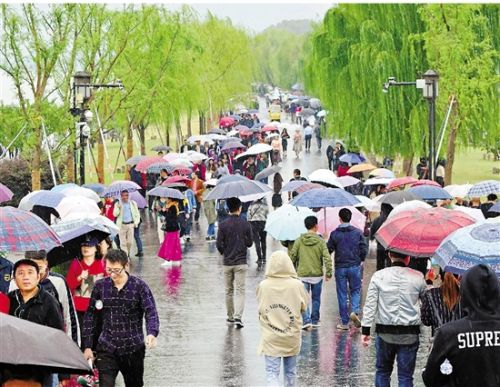 游客雨中游西湖