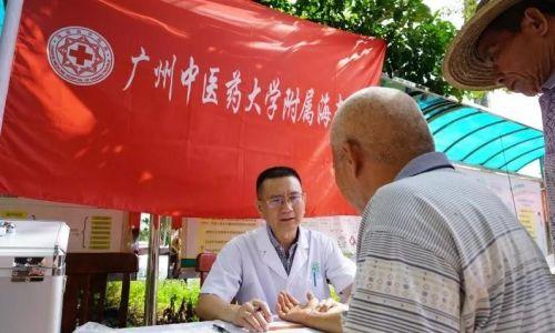图为海南省中医院院长蔡敏为村民义诊。