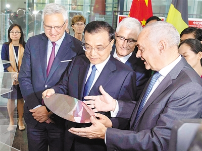 李克强参观比利时微电子研究中心
