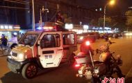 安徽青年交警手举电缆1小时保障道路安全