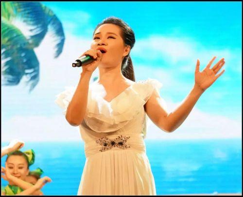 ▲陈晓妍在舞台上引吭高歌