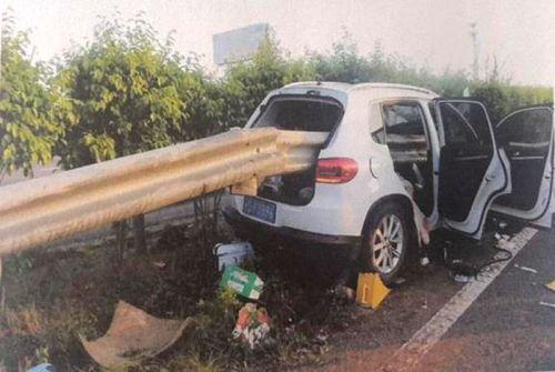 莆田高速路政:防撞桶无防撞作用,中央防护栏成夺命杀手
