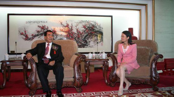 全国人大副委员长铁木尔.达瓦买提与大会秘书长侯燕纯在会前交流