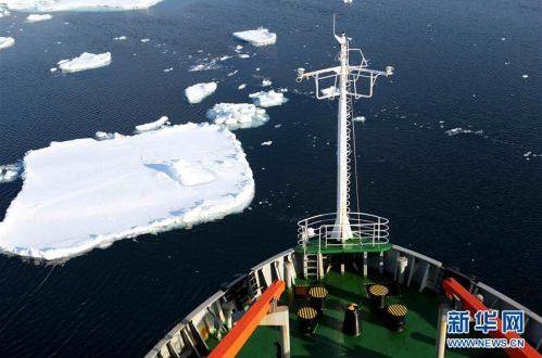 """雪龙""""号驶入南大洋浮冰区"""
