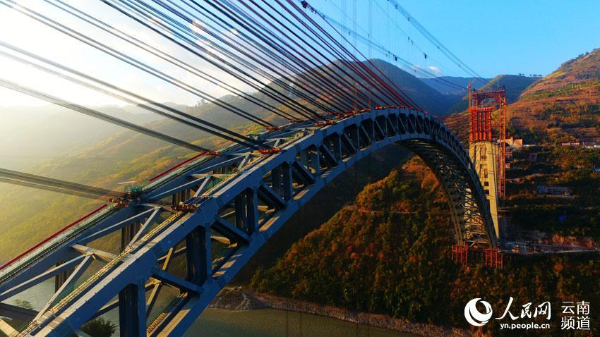 世界最大跨度铁路拱桥合龙 全桥用钢量相当于6.5座埃菲尔铁塔