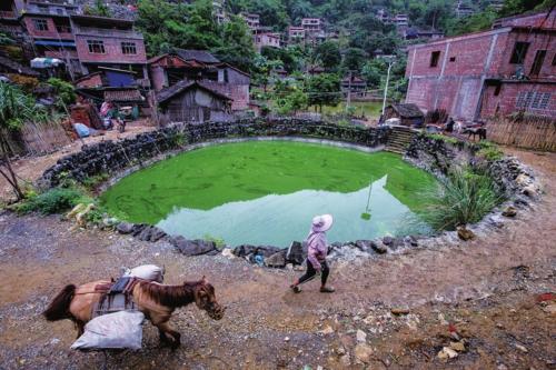 ①2017年以前,关国村村民主要靠蓄水池收集雨水作为饮用水源。.