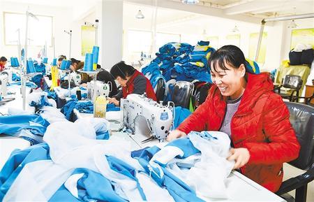 甘肃临夏县发展布鞋产业助力精准脱贫