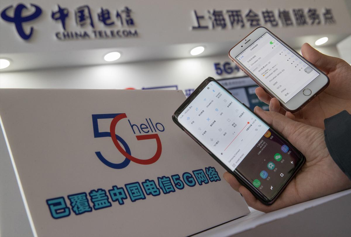 """图为上海的两会代表,正在接入""""中国电信5G""""传输的WiFi网络。"""