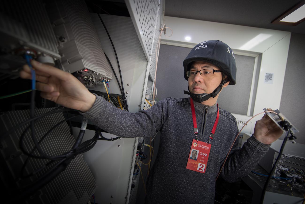 中国电信上海公司的应急通信车,为5G网络提供保障服务。