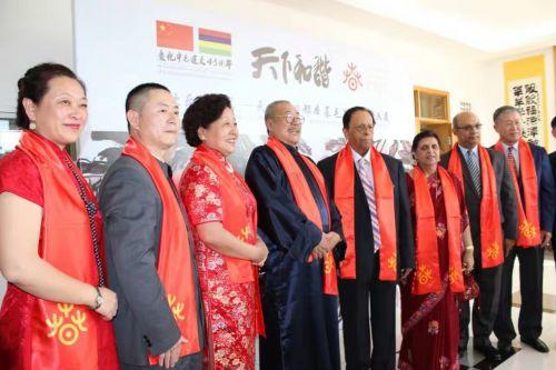 西城文联副主席都本基先生书法作品全球巡展毛里求斯站隆重开幕,毛里求斯总理和夫人出席开幕式1