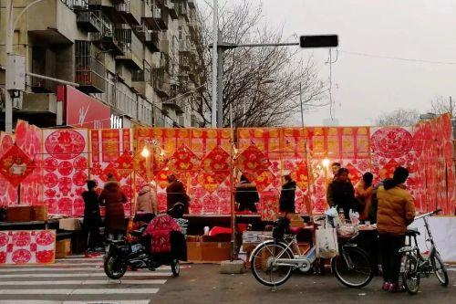 >> 天津,家家户户买福字、吊钱、窗花儿、春联,这是过年的重要标志。   崔立勇/摄