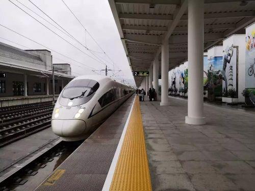 >> 大年初五,旅客们在旌德站等待高铁。    徐晨曦/摄