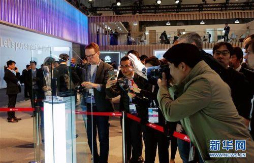 (国际·图文互动)(1)华为推出首款5G折叠屏手机Mate X