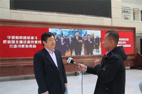 内蒙古发改委产业协调处处长赵标林接受媒体采访 摄影 段国栋