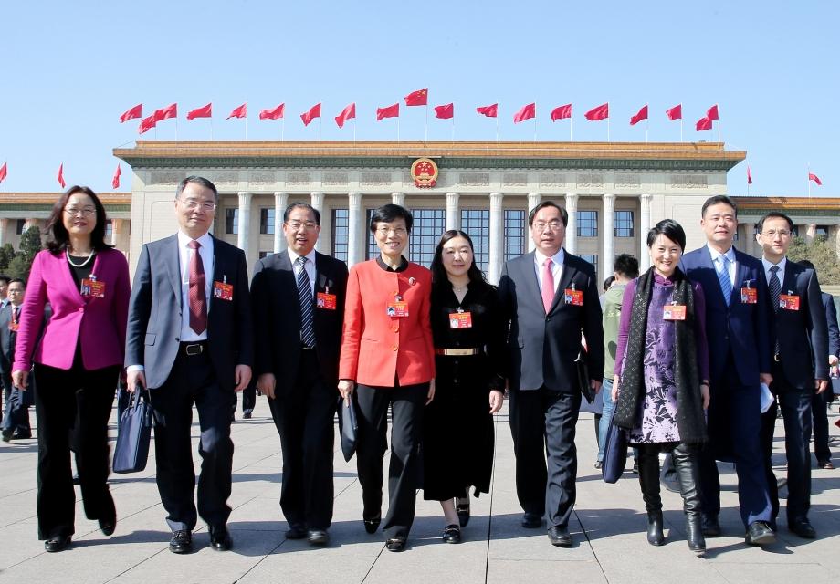 左一为全国人大代表、浙江金融职业学院院长、民建浙江省副主委郑亚莉。中国经济导报前方记者摄