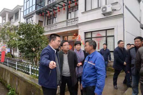 磐安县委书记傅显明(左一)、磐安县副县长陈亚琳(左三)在方前镇党委书记陈一波(左二)的陪同下进村入户了解民情、解民之需。