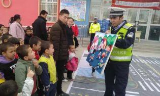 交警叔叔幼儿园里讲安全