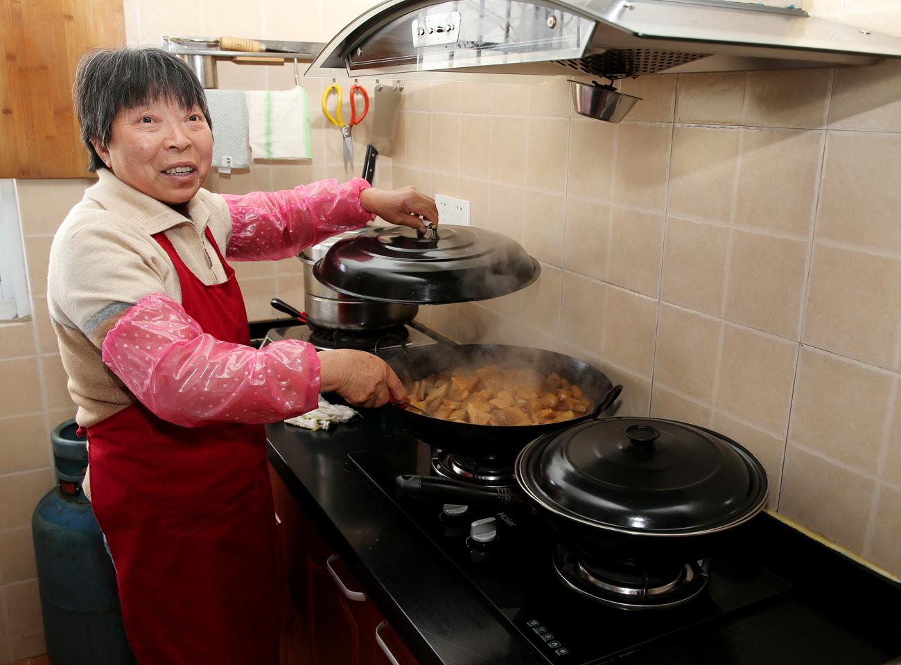 奉贤柘林镇华亭村睦邻四堂间的食堂即将开饭。