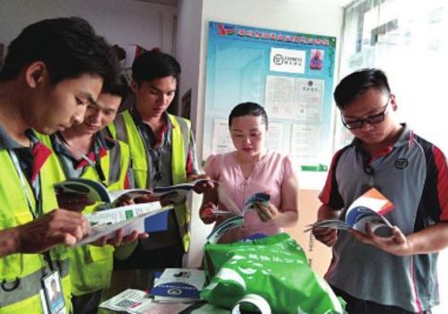 禁毒社工为快递工作人员开展禁毒培训活动。