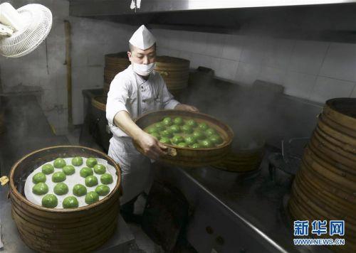 """(图片故事)(5)青团为什么这么""""红""""?——探访上海老字号""""网红青团"""""""